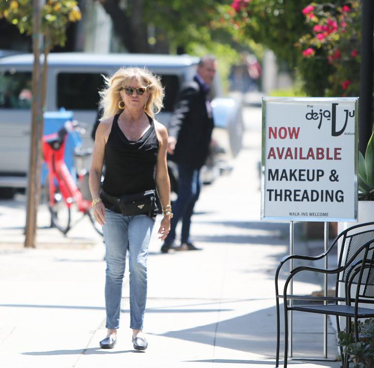 A színésznő Los Anelesben sétált, koptatott farmert, fekete felsőt, övtáskát és jótékonyan takaró napszemüveget viselve