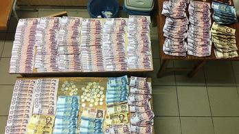 Elloptak ötmilliót a tinik, több bőröndnyit vásároltak, a biztonsági őrnek feltűnt
