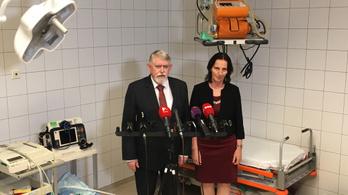 Kásler miniszter: A három, kórházban lévő túlélő állapota kielégítő