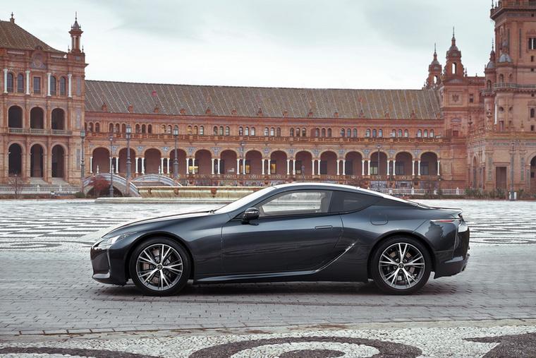 Az ötliteres szívó V8-at egészen máshogy tálalja a Lexus