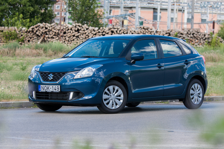 A Suzuki kínálatában valahogy hiányoznak a nagyobb autók, de a Baleno már egész korrekt teret kínál szívómotorral az orrában