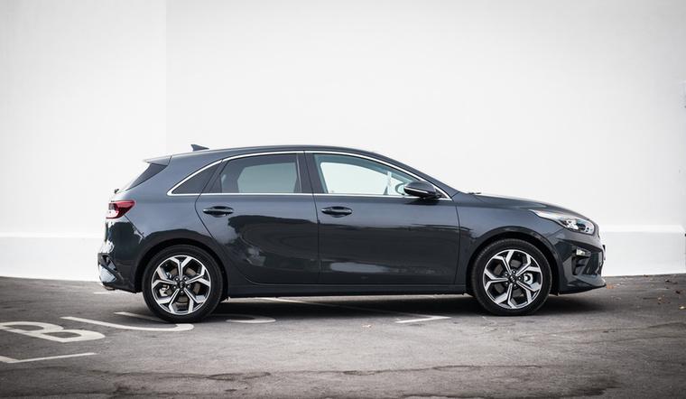 A kompakt kategóriában a Kia Ceed lehet a tuti tipp, ha igényes autót szeretnénk jó áron