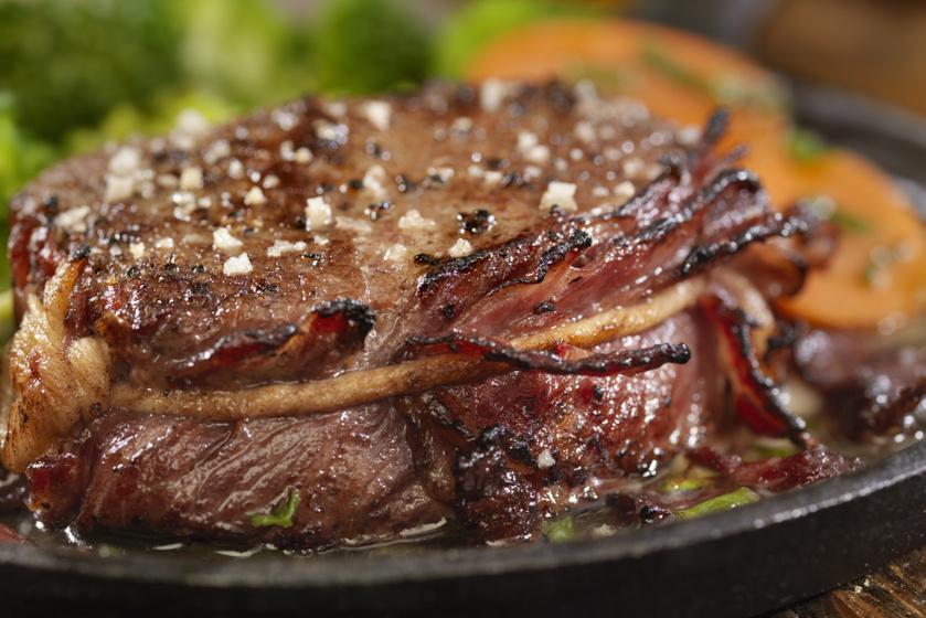 Baconbe tekert marha vele sült zöldségekkel: a fejedelmi főfogás