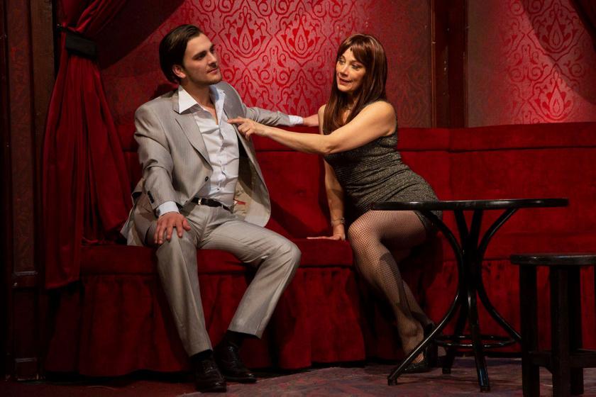 Xantus Barbara a Turay Ida Színház A Nők (is) a fejükre estek című darabjában.
