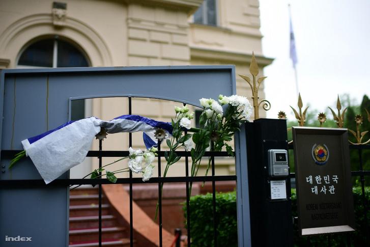 Virágok a budapesti Koreai Köztársaság Nagykövetségének kapuján az elsüllyedt Hableány hajó áldozatainak emlékére 2019. május 30-án