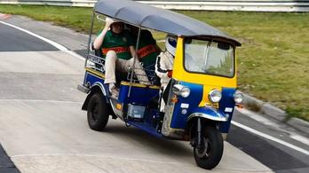 Irónia biturbó: nürburgringi rekord, tuktukkal