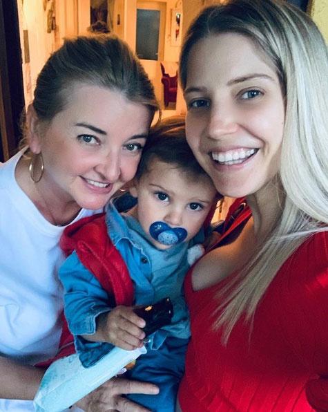 Szabó Zsófi ezzel az anya-lánya-unokája fotóval köszöntötte fel édesanyját születésnapja alkalmából 2019 májusában.
