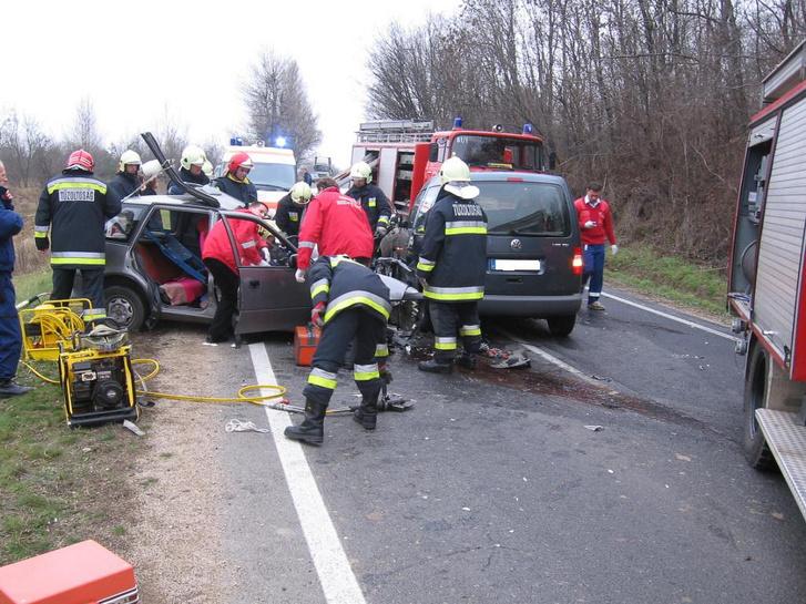 A Volkswagen Caddy és a Suzuki Swift frontális ütközését figyelmetlenség és sávelhagyás okozta