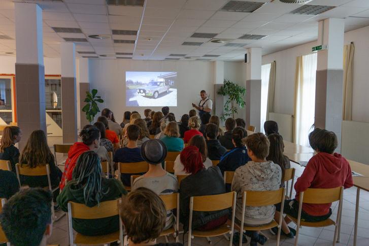 A zirci Reguly Antal szakképző iskola és kollégium diákjait több mint egy órán át lekötötte az előadás. Pintér József itt éppen saját Ladáját mutatja