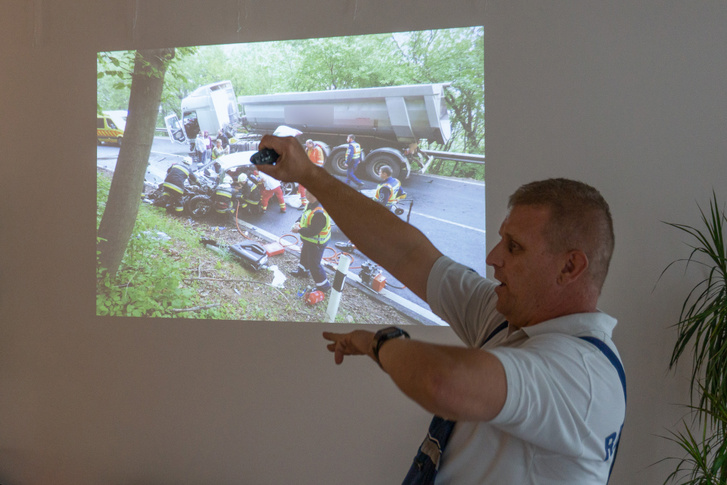 Több mint két óra alatt vágták ki a háttérben szereplő fotón lévő Audi vezetőjét az autóból, miután összeütközött a teherautóval