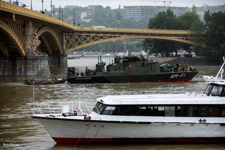 Nem sokkal 11 óra után a katonai hajó elindult, és megfelelő pozíciót keresett, majd pedig kikötött a híd északi pilléreinél.