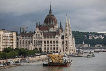 Este hét óra előtt egy nagy darushajó tűnt fel a Dunán a tragédia helyszínét megközelítve.