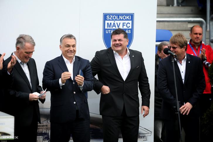 Orbán Viktor miniszterelnök (b) és Nyerges Zsolt, a Szolnoki MÁV FC tulajdonosa az újjáépített Tiszaligeti Stadion megnyitóján Szolnokon 2016. április 9-én.