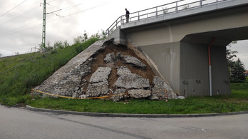 Megcsúszott az aquincumi vasúti híd támfala