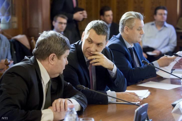 Lázár János Miniszterelnökséget vezető miniszter (k) mellette Tállai András a Nemzetgazdasági Minisztérium parlamenti államtitkára (b) és Takács Szabolcs Ferenc a Miniszterelnökség európai uniós ügyekért felelős államtitkára az Országgyűlés gazdasági bizottságának a reklámadóval kapcsolatban tartott ülésén a Parlamentben 2015. március 3-án.