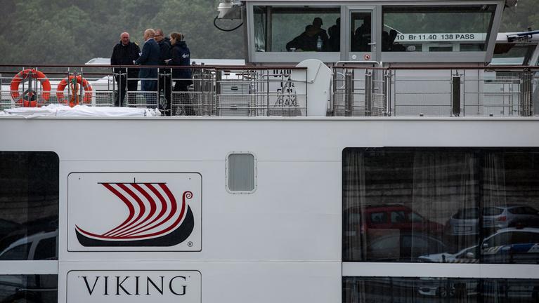 Az ütközés után előrerohant és mentőgyűrűket gyűjtött a Viking kapitánya