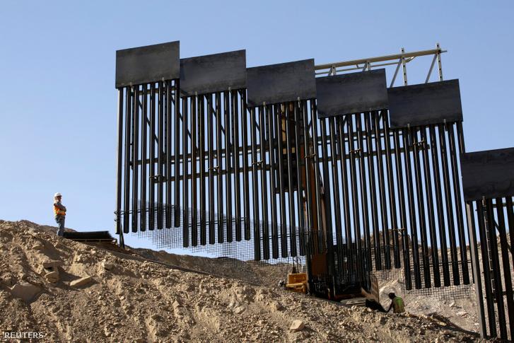 Épülő határfal Új-Mexikóban Ciudad Juarez felől fényképezve 2019. május 30-án