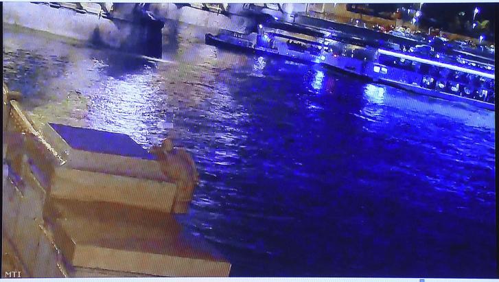 Az ütközés előtti pillanat látható a Dunán Budapestnél május 29-én éjjel történt hajóbalesetről bemutatott felvételen 2019. május 30-án.