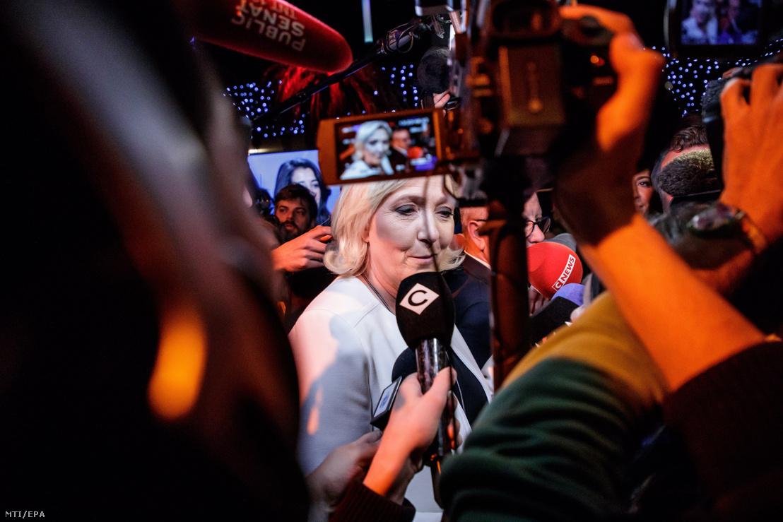 Marine Le Pen a francia jobboldali Nemzeti Tömörülés (RN) párt elnöke nyilatkozik a sajtónak az európai parlamenti választások estéjén Párizsban 2019. május 26-án.