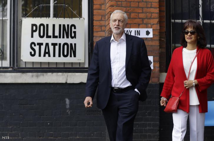 Jeremy Corbyn az ellenzéki brit Munkáspárt vezetõje és felesége Laura Alvarez egy szavazóhelyiségból távozik miután leadta szavazatát az európai parlamenti (EP) választáson Londonban 2019. május 23-án.