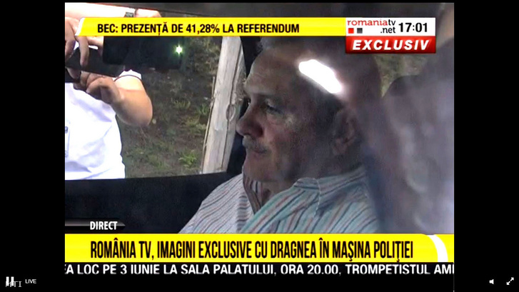 A Románia TV adásáról készült képen Liviu Dragnea a román parlamenti alsóház és a kormányzó Szociáldemokrata Párt (PSD) elnöke rendõrautóban ül amely a rahovai börtönbe szállítja Bukarestben 2019. május 27-én.
