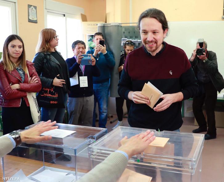 Pablo Iglesias a spanyol baloldali Podemos párt vezetõje voksol egy barcelonai szavazóhelyiségben 2019. április 28-án az elõrehozott spanyol parlamenti választások napján.