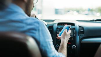 Tudjuk, hogy nem kellene, mégis mobilozunk vezetés közben