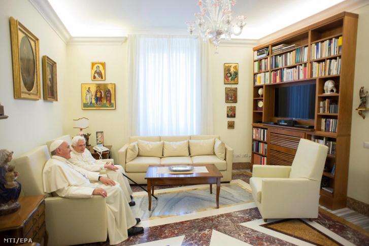 A L'Osservatore Romano által közreadott képen Ferenc pápa (b) fogadja elõdjét XVI. Benedeket Vatikánvárosban 2015. június 30-án.