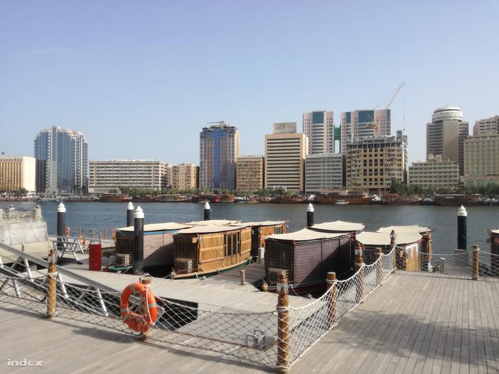 A korábban a várost kettészelő, mostanra kibővített folyó, a Khor Dubai.