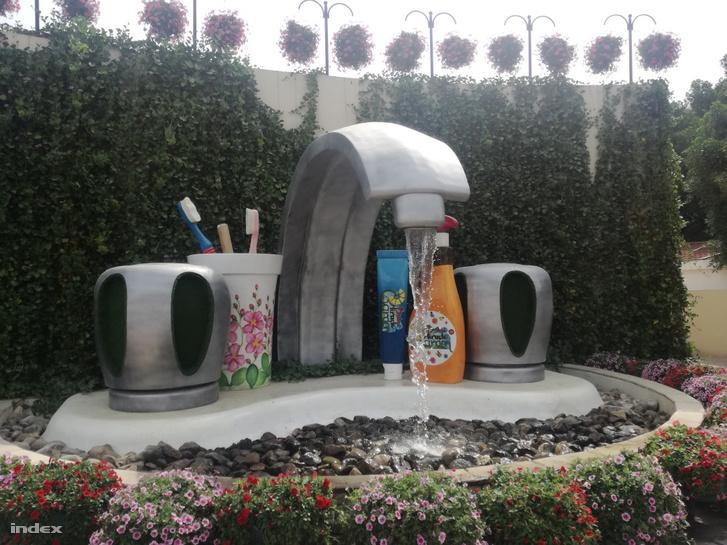 Gigantikus mosdókagyló és fogmosó szett a Miracle Gardenben.
