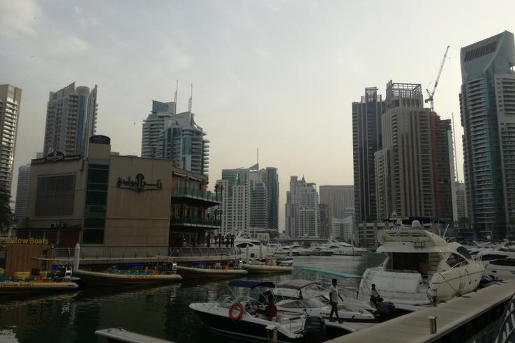Felhőkarcolók a mesterségesen létrehozott Marina öbölben.