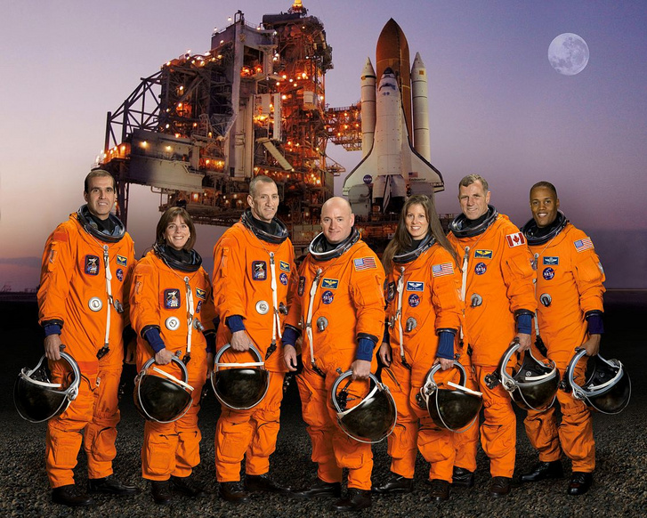 A STS-118-as űrsiklóküldetés legénysége, háttérben az Endeavourrel