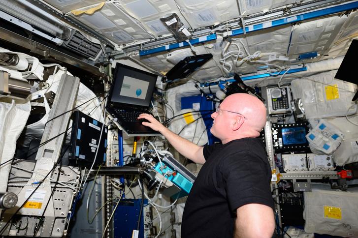 Scott Kelly kognitív tesztet végez az ISS-en