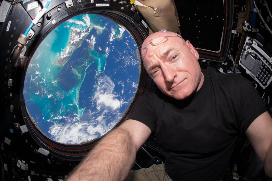 Scott Kelly szelfije a Nemzetközi Űrállomás kilátóablaka előtt