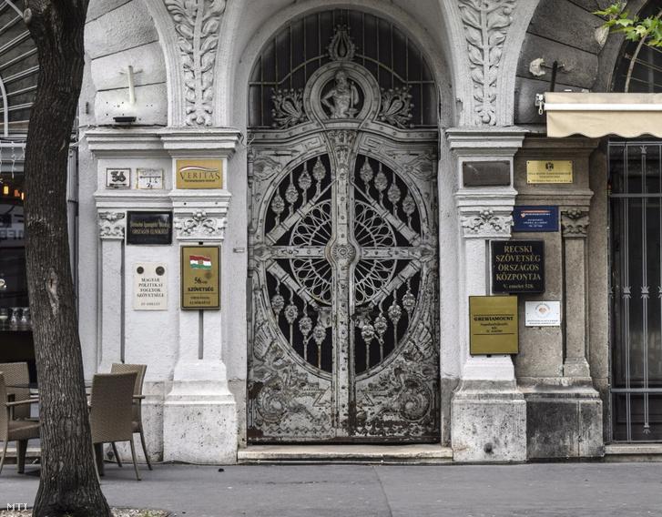 Az V. kerületi Nádor utca 36-os ház kapuja a Veritas Történetkutató Intézet a Történelmi Igazságtétel Bizottság Országos Elnöksége a Magyar Politikai Foglyok Szövetsége az 56-os Szövetség Országos Elnöksége a recski Szövetség Országos központja és a 1956-os Magyar Szabadságharcosok Világszövetségének a székhelye.