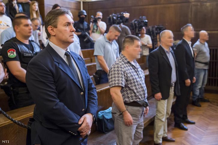 S. P. (b) az ellene és öt társa ellen nyereségvágyból több emberen elkövetett emberölés bűntette miatt a 2005-ben történt tescós rablás néven elhíresült bűncselekmény-sorozat ügyében indult büntetőper megismételt eljárásának ítélethirdetésén a Fővárosi Törvényszék tárgyalótermében 2019. május 29-én.