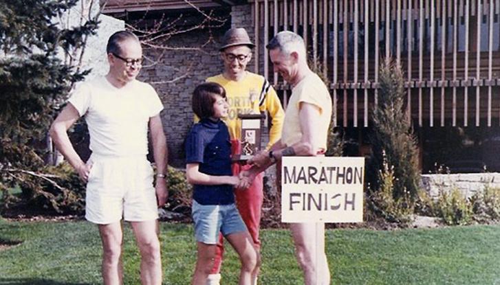 Maureen Wilton (középen) a maraton lefutása után 1967-ben
