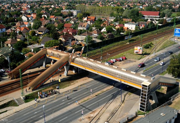 A Ferihegyi repülõtér I. termináljához épített vasútállomás és annak fedett felüljárója 2009. szeptember 28-án.