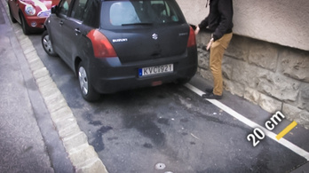 Mit kezdenek szegény gyalogosok a beparkolt járdával?