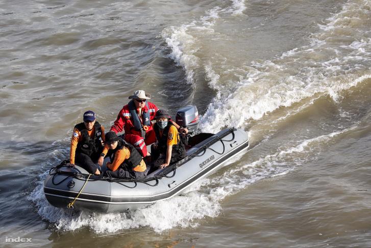 Koreai mentőcsapat a Dunán.