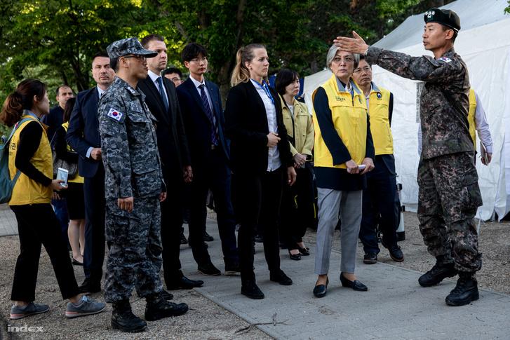 Song Shunkeun ezredes tájékoztatta a külügyminisztert a mentési tervről.
