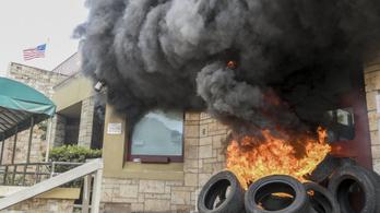 Hondurasi tüntetők felgyújtották az amerikai nagykövetség bejáratát