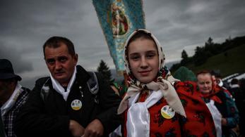 Szakadó esőben várják tízezrek a pápát Csíksomlyón