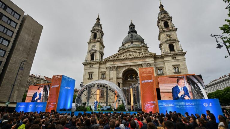 Tavaly még diktátornak nevezte, most szívélyesen beszélget Orbán Viktorral