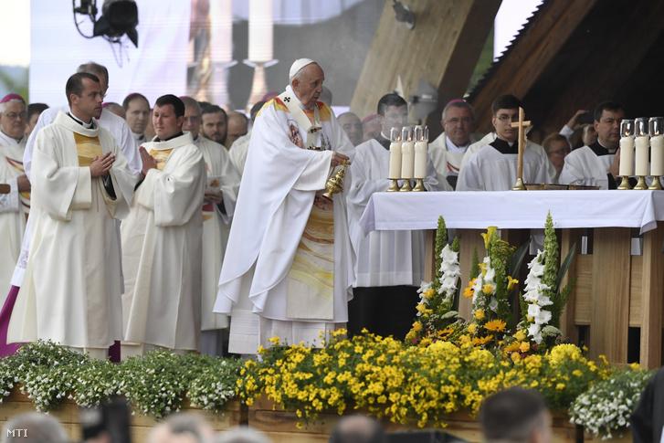 Ferenc pápa szentmisét pontifikál a csíksomlyói hegynyeregben Erdélyben 2019. június 1-jén.