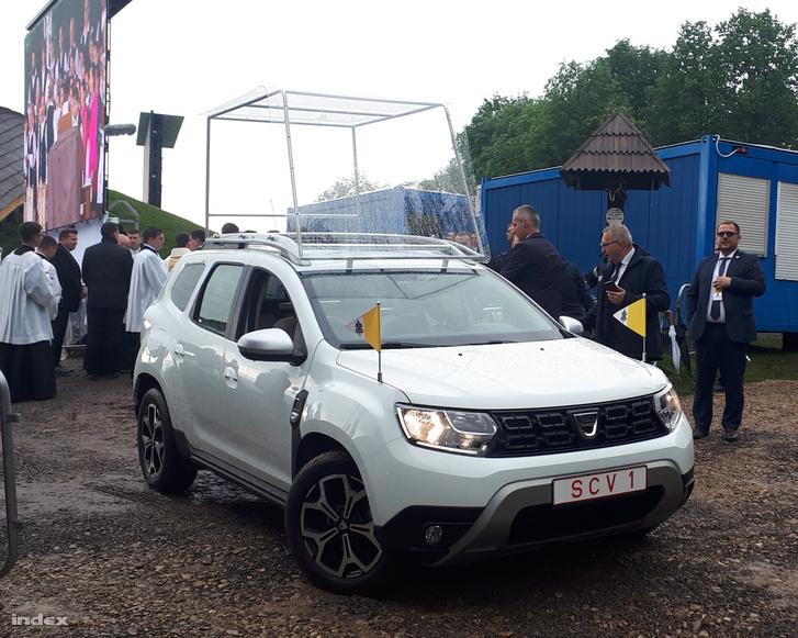 Parkoló Dacia Duster pápamobil Csíksomlyón