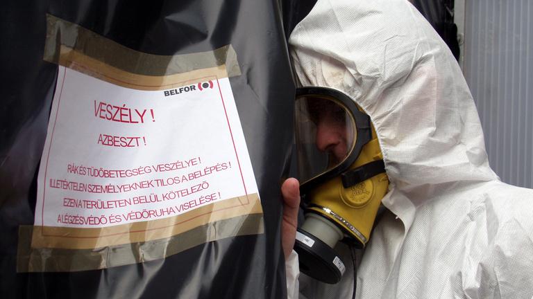 Szálló azbesztrostoktól tartanak Tatabányán