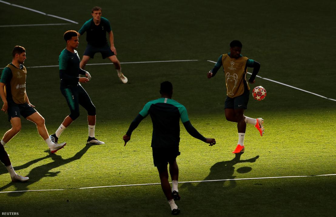 Edzenek a Tottenham játékosok a döntő előtt