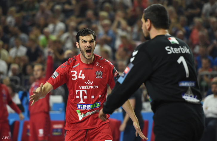Petar Nenadić és Sterbik Árpád gólt ünnepelnek