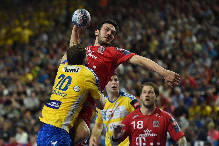 Petar Nenadić és Mariusz Jurkiewicz küzdenek